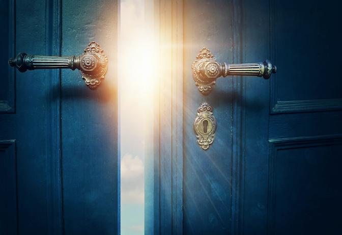 eine neue Tür öffnet sich und hinter der Tür ist vielversprechendes Licht - Visualisierung