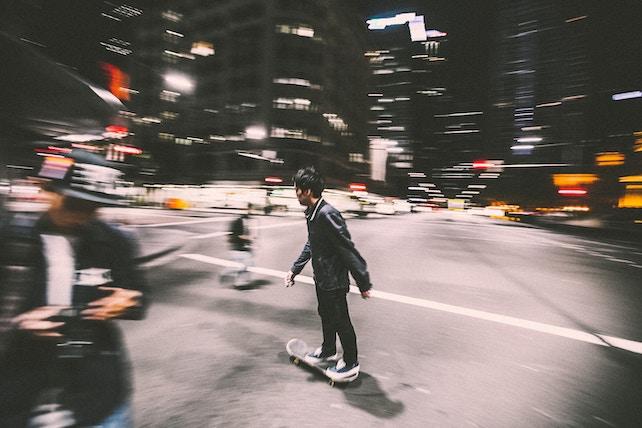 innere Leere - junger Mann auf dem Skateboard in der Innenstadt