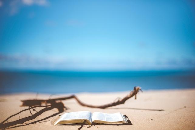 offenes Buch am Strand - innere Ruhe innerer Frieden